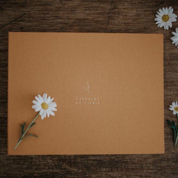 Złoty album w oczekiwaniu na dziecko robiony ręczie