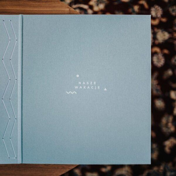 Jednokolorowy album na zdjęcia wklejane jednokolorowy z napisem NASZE WAKACJE