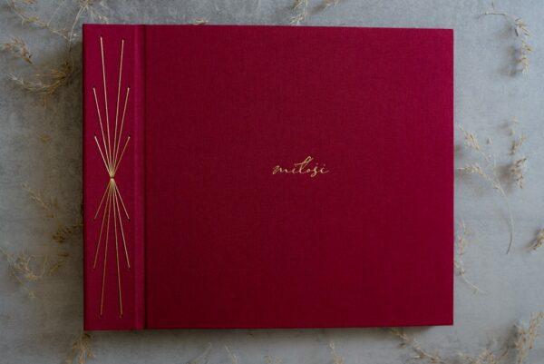 Album do wklejania zdjęć w kolorze bordowym ze złotymi dodatkami
