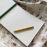 Otwarta księga gości ze złotym długopisem