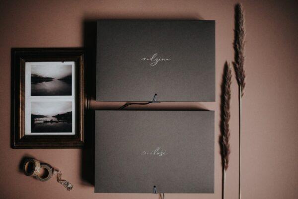 Dwa pudełko na zdjęcia w kolorze grafitowym z napisami miłość i rodzina