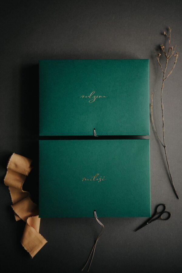 Zielone pudełka na zdjęcia ze złotym napisem miłość i rodzina