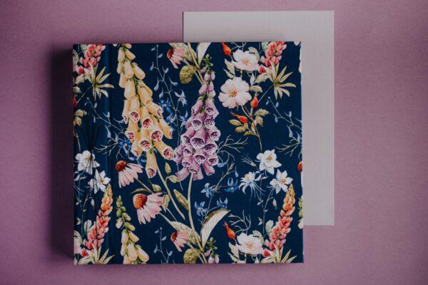 Album na zdjęcia wklejane w kwiaty z czarnymi stronami