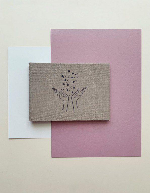 Mały album na zdjęcia 10x15 ze zdobieniem beżowy