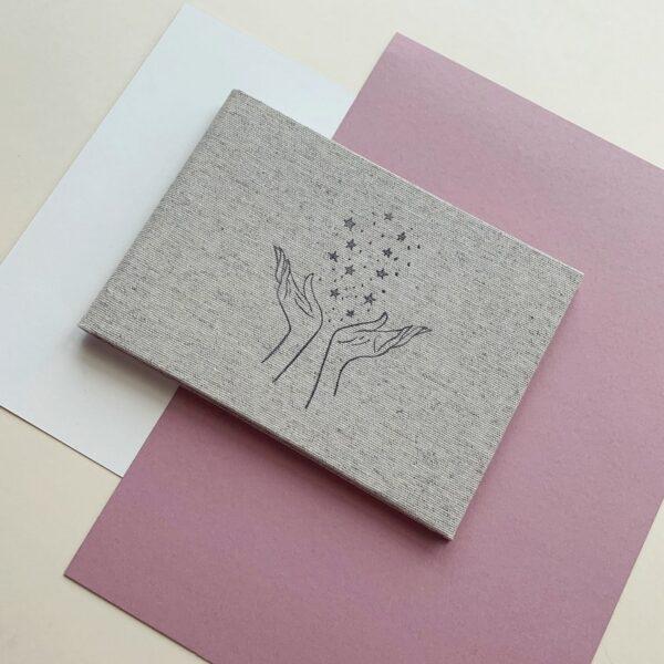 Mały album na zdjęcia robiony ręcznie w lnianej okładce