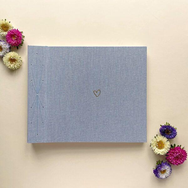 Błękitny album fotograficzny robiony ręcznie z serduszkiem na okładce Papierowe Sztuki