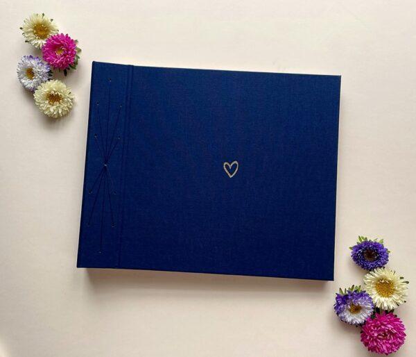 Granatowy album na zdjęcia wklejane ze złotym serduszkiem